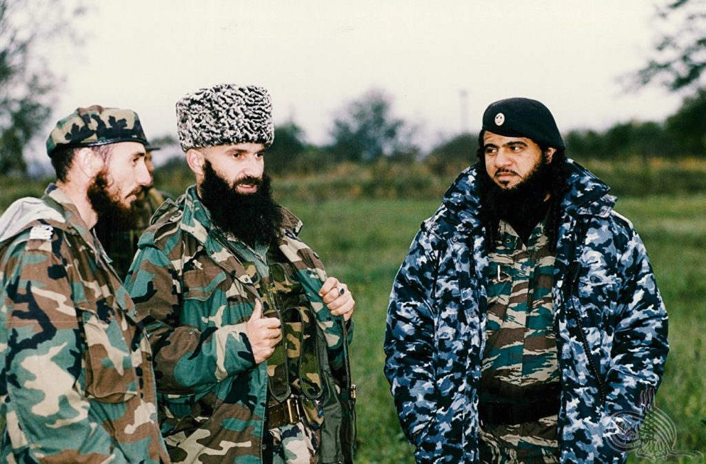 Шамиль Басаев (в центре) Хаттаб (справа)