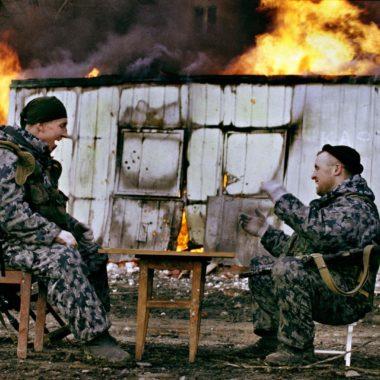 Российские военные играют в настольные игры в разрушенном городе Грозном, январь 2000 года. Вторая Чеченская война.