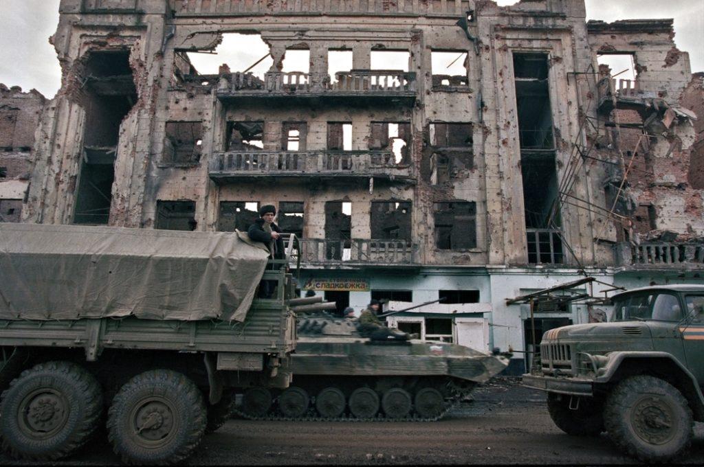 В 2000 году, в первый год президентства Владимира Путина, Россия разрушила бомбардировками город Грозный. Февраль 2000 года. Вторая Чеченская война.