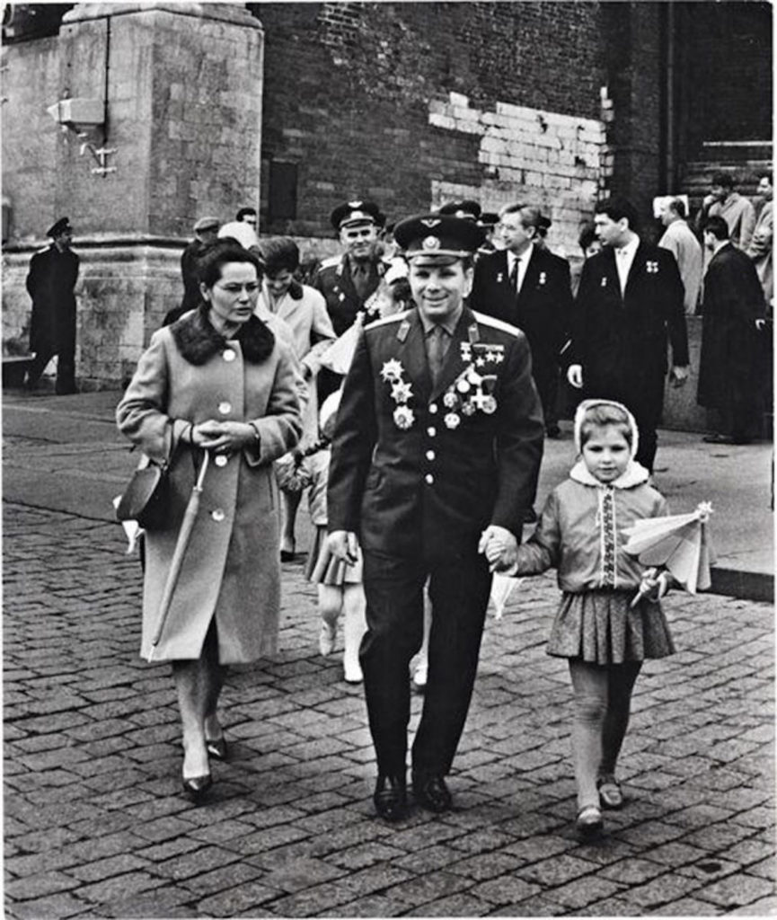 Юрий Гагарин с женой и дочкой, СССР.