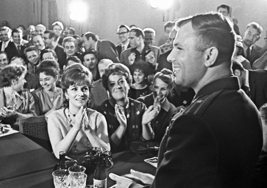 На мероприятии, в зале сидит Джина Лоллобриджида (известная в то время итальянская актриса.
