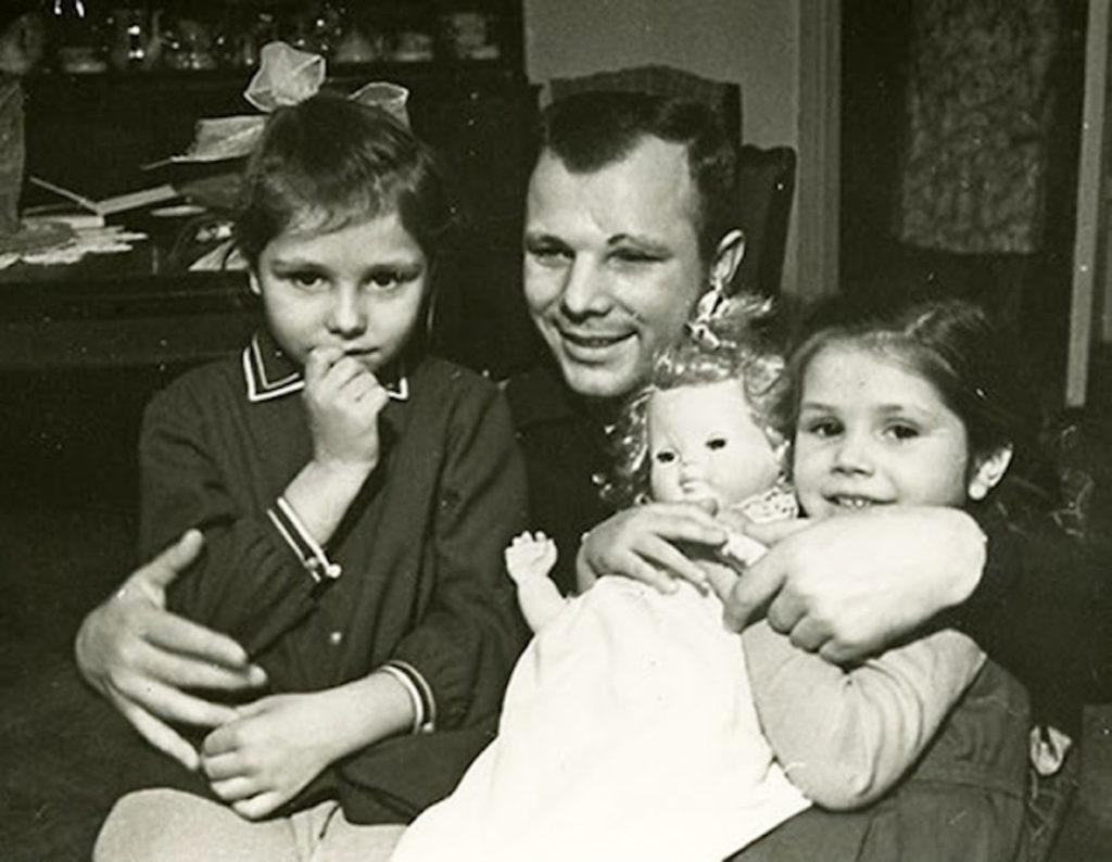 Юрий с дочками, Леной и Галей.