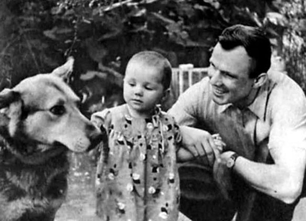 Юрий Гагарин с дочкой Еленой и собакой, СССР.