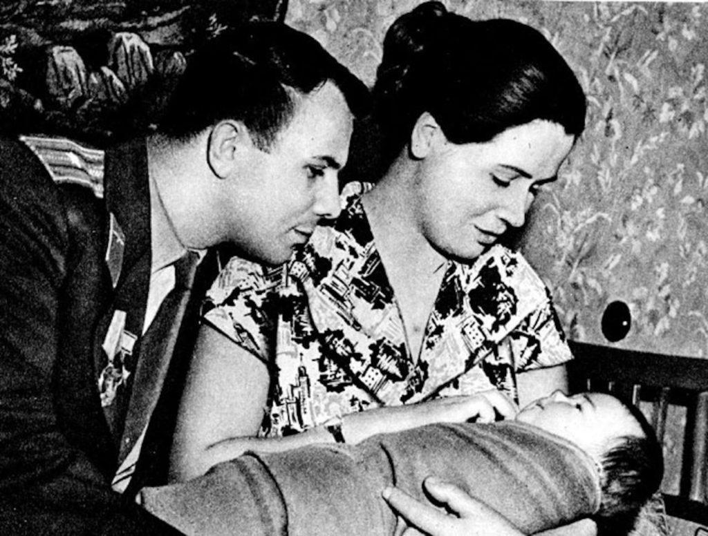 Юрий Алексеевич с супругой и дочкой, СССР.
