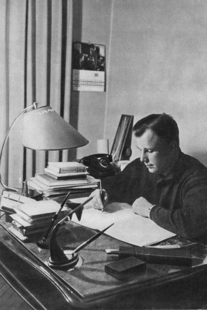 Юрий Гагарин за работой, СССР.