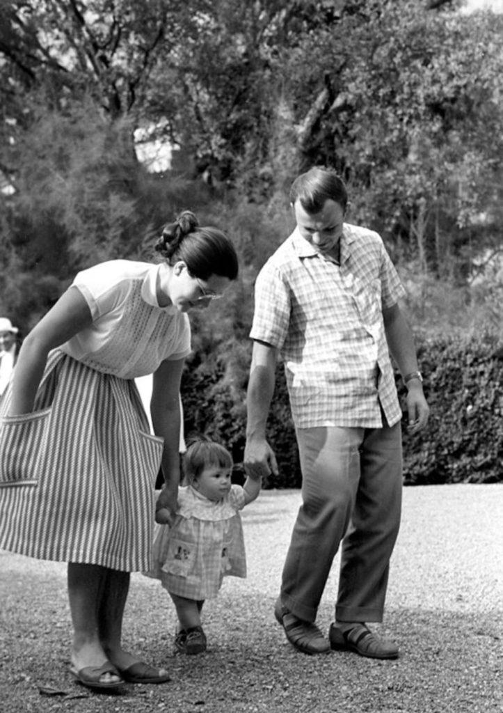 Гагарин с женой и дочкой, СССР.