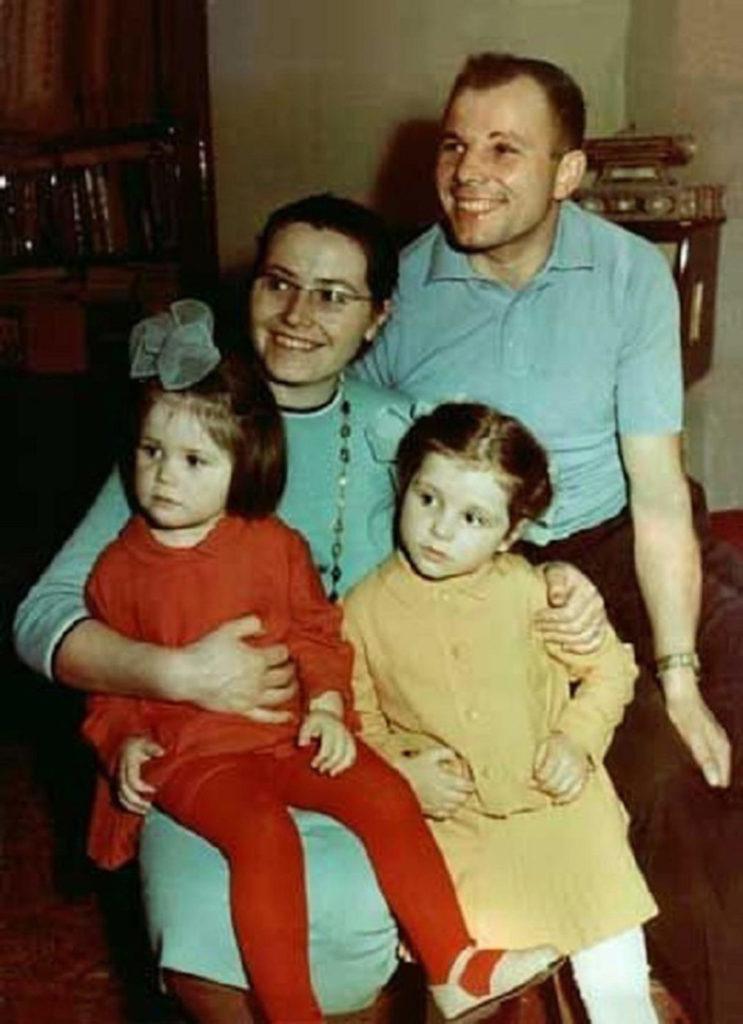 Семейная фотография, Юрий Гагарин с женой Валентиной и дочками, Галей и Леной.
