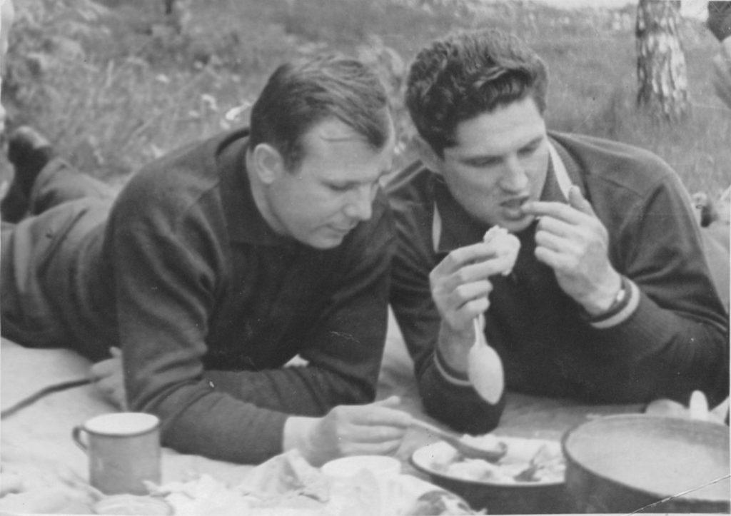 Юрий Гагарин и Борис Волынов (Летчик-космонавт, дважды Герой Советского Союза), на пикнике космонавтов, СССР.