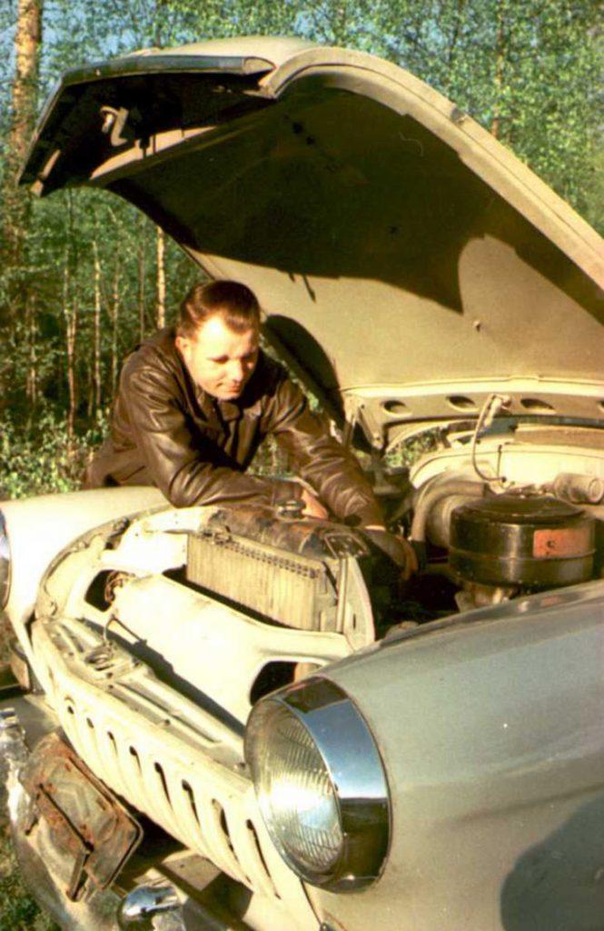Юрий Гагарин ремонтирует свою машину.