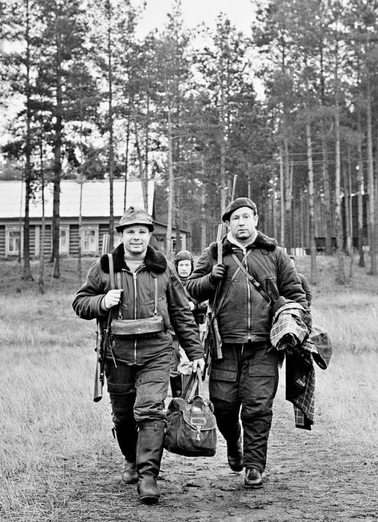 Космонавты Юрий Гагарин и Алексей Леонов на охоте, СССР, 1960-е годы.