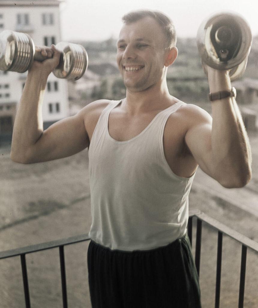 Юрий Гагарин занимается утренней зарядкой, 1961 год.