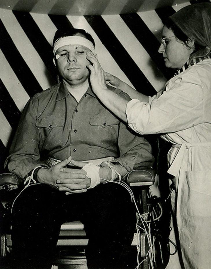 Летчик-космонавт Юрий Гагарин перед тренировкой, СССР, 1964 год.