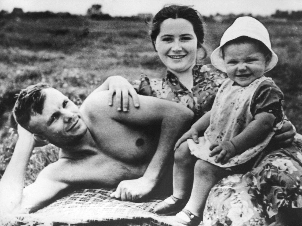 Юрий Гагарин с семьей на отдыхе.