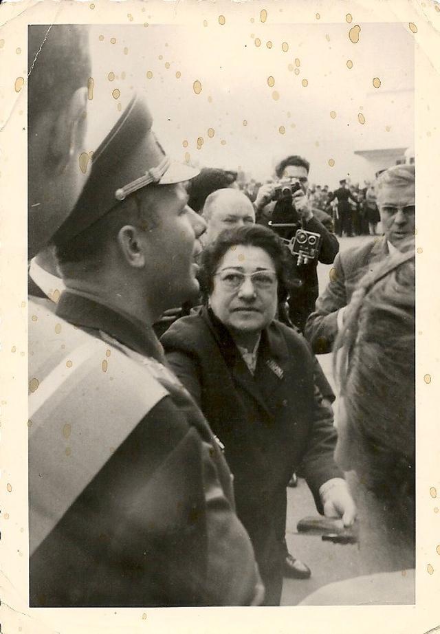 Юрий Гагарин на публике, старая фотография.