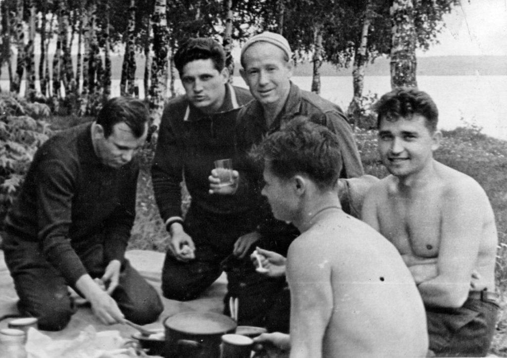 Гагарин на отдыхе, среди советских космонавтов, Долгопрудный, СССР, 1963 год.