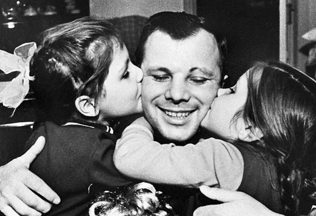 Юрий Гагарин с дочками Леной и Галей.