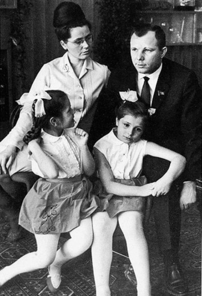 Юрий Гагарин с женой Валентиной и дочками Леной и Галей.