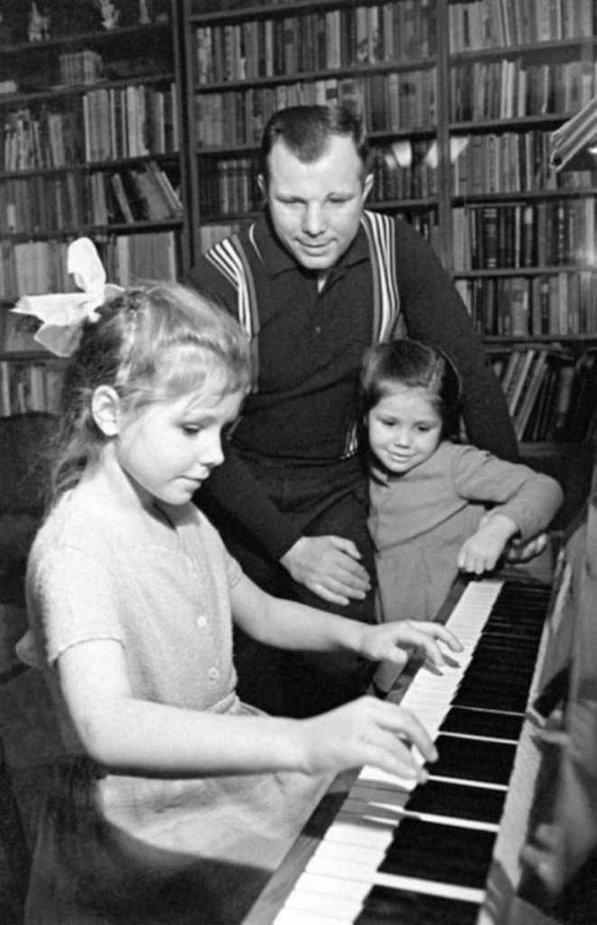 Гагарин со своими дочками, Леной и Галей, СССР.