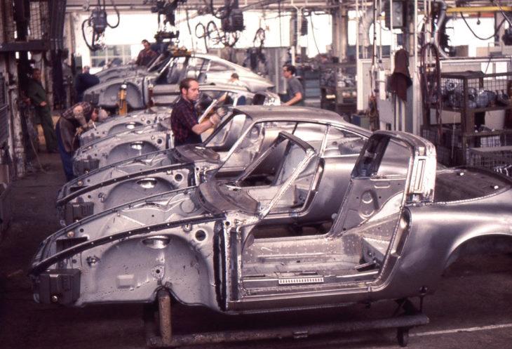 Кузова Porsche 911 готовы к сборке, на переднем плане модель Targa, 1970 год.