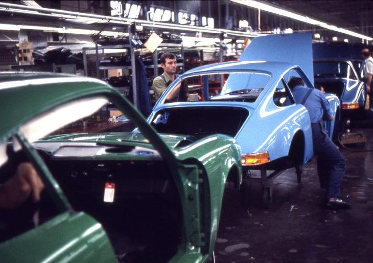 «Производственная линия» на Porsche. Кузова просто катят на тележках до следующей станции, 1970 год.