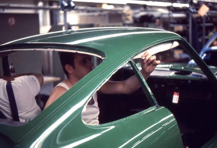 Установка элементов салона автомобиля Porsche, 1970 год.