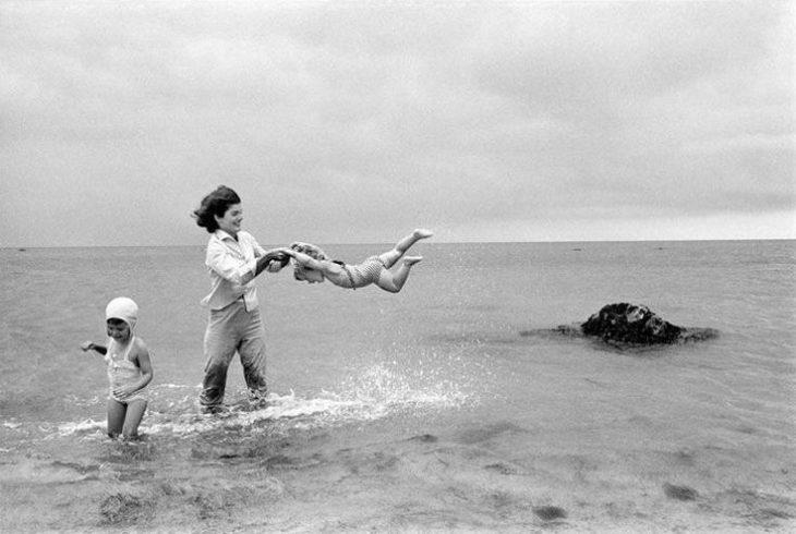 Жаклин Кеннеди на отдыхе с детьми.