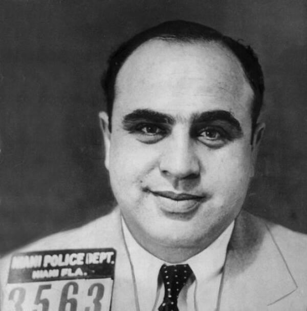 Фотография Капоне после ареста во время посещения Майами. Губернатор приказал шерифам вывести его из штата, любой ценой.