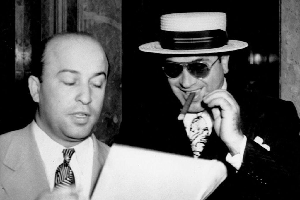 Аль Капоне с адвокатом Авраамом Тейтельбаумом. Самому Тейтельбауму впоследствии будет предъявлено обвинение в уклонении от уплаты налогов в размере 135 060 долларов.