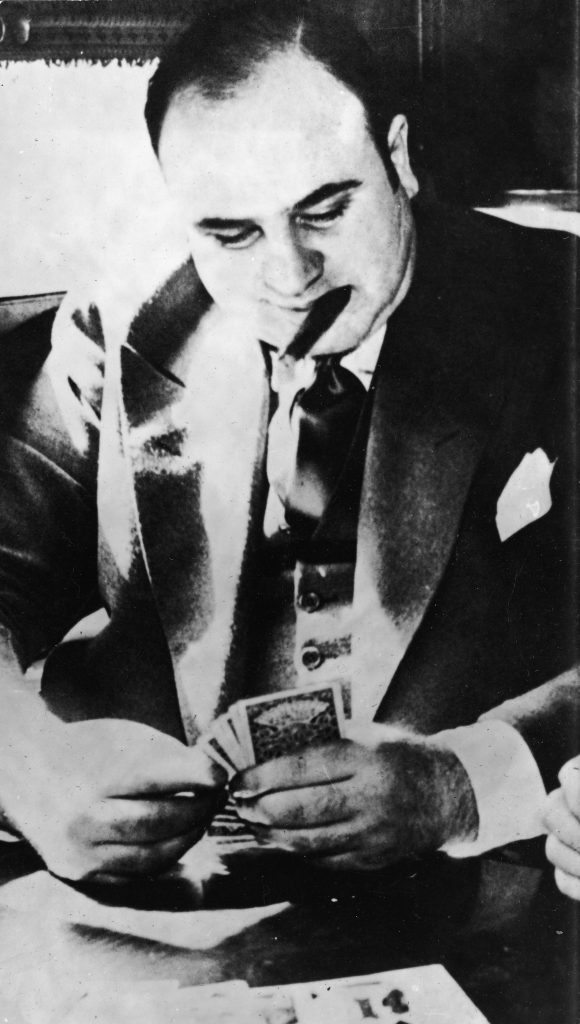 Аль Капоне играет в карты во время транспортировки в тюрьму. 1931 год. Источник: Hulton Archive/Getty Images