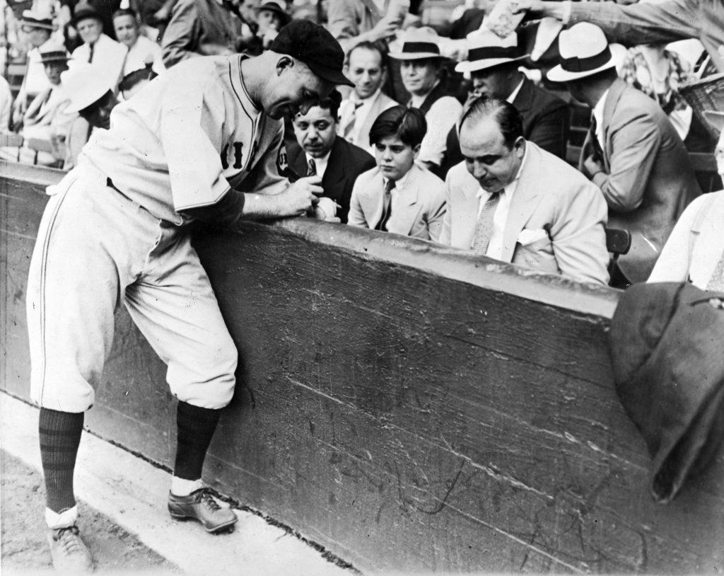 Бейсболист Гарри Харнетт дает автограф сыну Капоне. Источник: Pix Inc./The LIFE Picture Collection/Getty Images