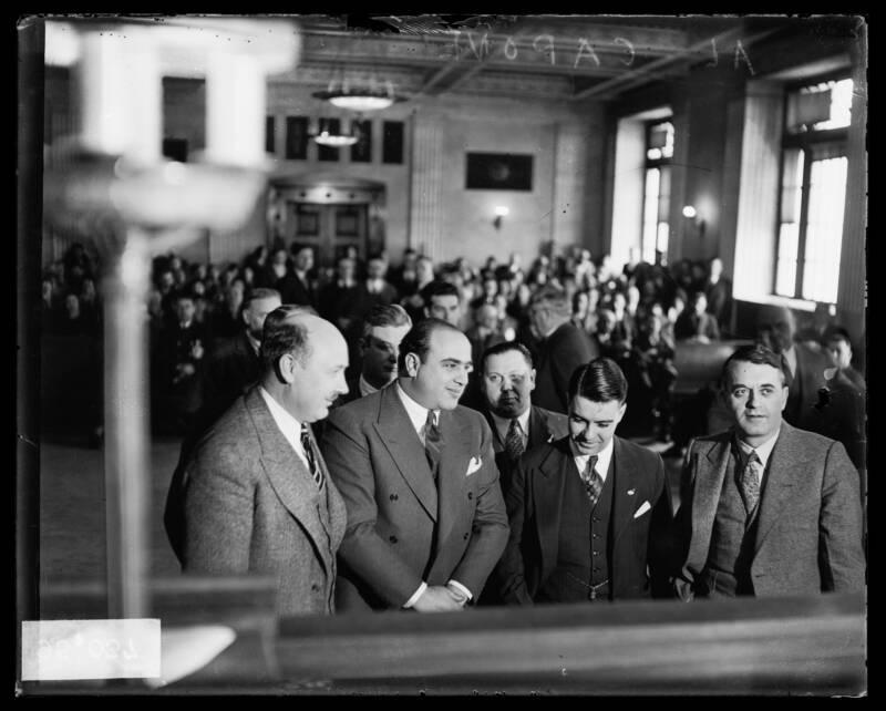Аль Капоне и адвокаты в суде. 1931 год. Чикаго, Иллинойс. Источник: Chicago Sun-Times/Chicago Daily News collection/Chicago History Museum/Getty Images