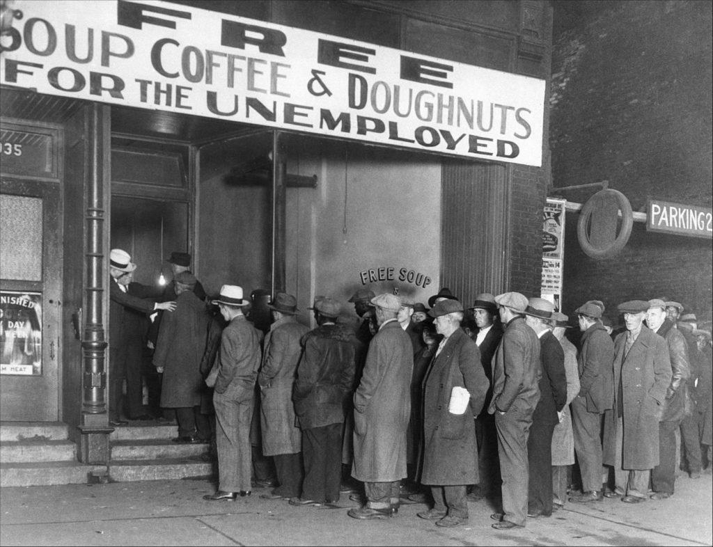Капоне открыл одну из самых первых суповых кухонь в Чикаго - «Кухня Большого Ала для нуждающихся». Он предоставлял безработным трехразовое питание, состоящее из супа с мясом, хлеба и кофе с пончиками. Суповая кухня кормила около 3500 человек в день. Источник: Bettmann Archive/Getty Images
