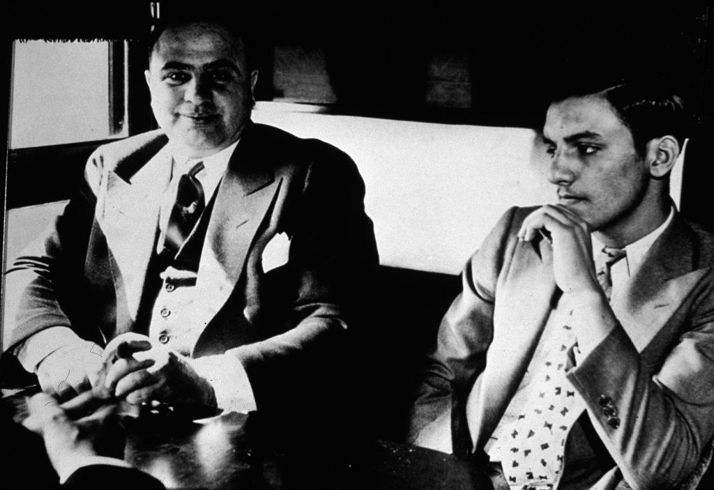 Во время поездки бандит был странно спокоен, возможно, из-за того, что его ждала удобная тюремная камера. Октябрь 1931 год. Источник: Hulton Archive/Getty Images