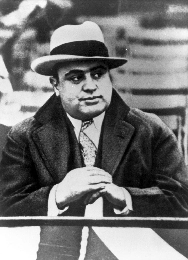 Аль Капоне олицетворял стиль гангстеров 1920-х годов - настолько, что подобный наряд до сих пор сразу узнают почти столетие спустя. Источник: Ullstein Bild / Getty Images