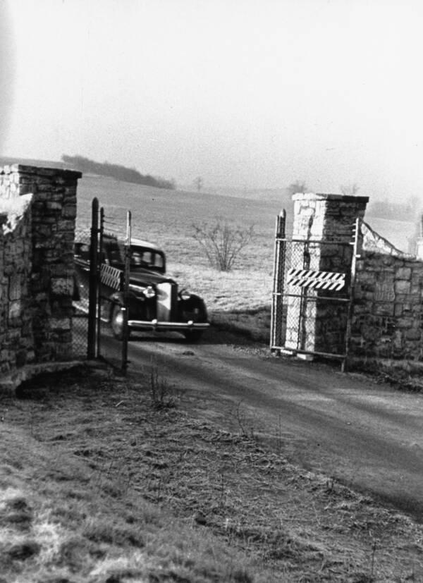 Автомобиль, с Аль Капоне, проезжает мимо тюремных ворот после освобождения пресловутого бандита. Источник: David E. Scherman/The LIFE Picture Collection/Getty Images