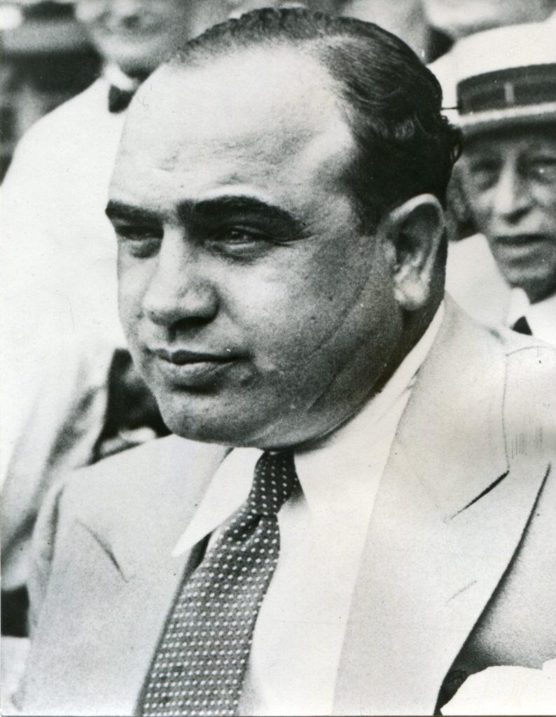Шрам на щеке Капоне был вызван дракой в баре, в которой ему порезали лицо. Источник: PhotoQuest/Getty Images