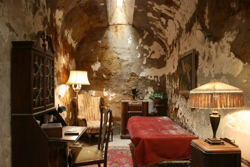 До своего пребывания в Алькатрасе Аль Капоне отбывал срок в Восточной государственной тюрьме в Филадельфии.