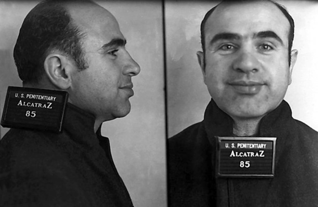 Аль Капоне, позирует на фотографии по прибытии в Алькатрас. 22 августа 1934 г. Сан-Франциско, Калифорния. Источник: Donaldson Collection/Michael Ochs Archives/Getty Images