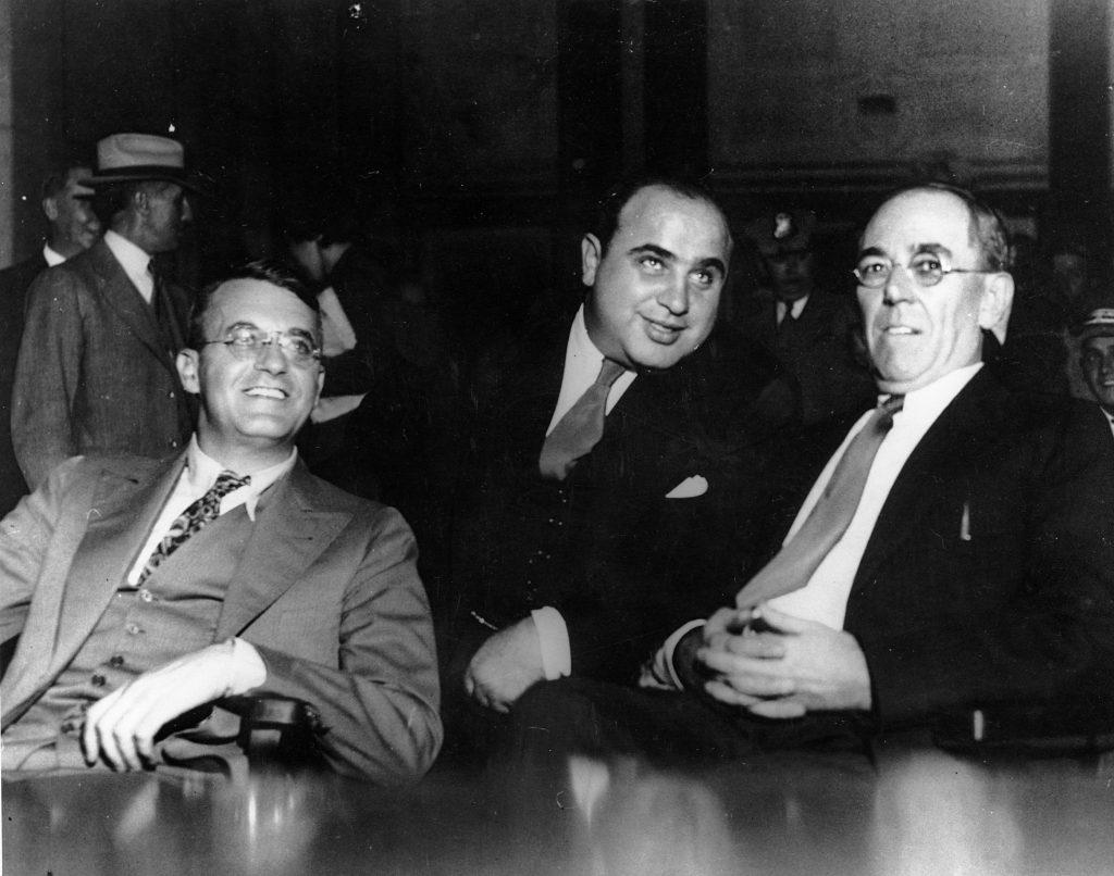 Хотя Капоне совершенно спокойно смотрит на слушания Федерального Большого Жюри о его преступлениях, его вот-вот осудят за уклонение от уплаты налогов. Источник: (AP Photo)