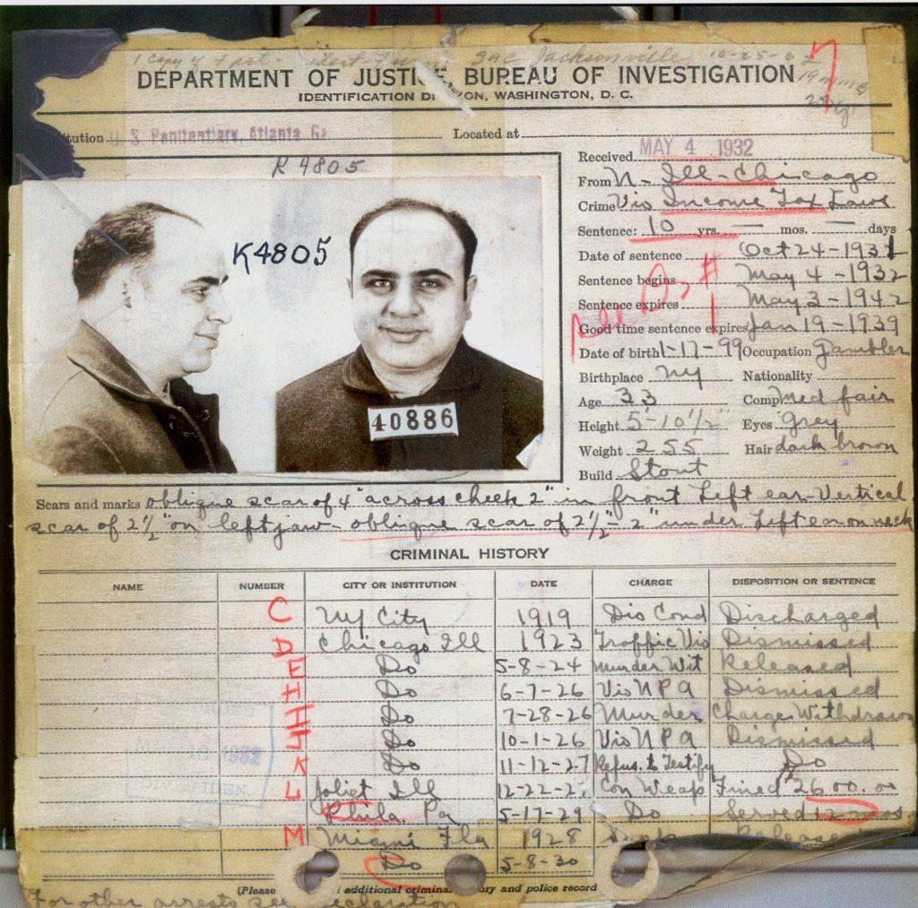 Досье ФБР на Аль Капоне от 1932 года, в котором большинство его уголовных обвинений было снято с рассмотрения. В конце концов он был арестован по 22 пунктам обвинения в уклонении от уплаты налогов. Источник: Wikimedia Commons