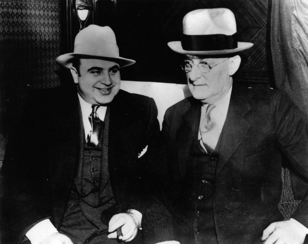 Аль Капоне с американским маршалом Лаубенхеймаром беседуют в поезде, доставляющим его в тюрьму. Источник: People Disc - HC0216 (Фотография Keystone/Getty Images)