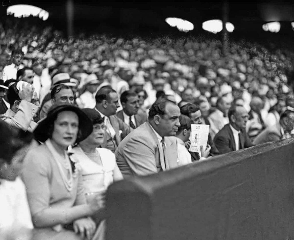 Аль Капоне среди толпы, как фанат бейсбола, наслаждается игрой Уайт Сокс, Чикаго. 1931 год. Источник: Chicago Sun-Times/Chicago Daily News collection/Chicago History Museum/Getty Images