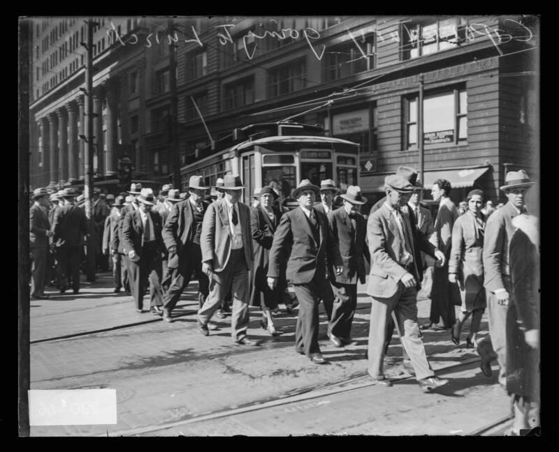 Даже члены жюри должны есть. Сфотографированный выход из здания суда, жюри направляется на обед. 1931 год. Источник: Chicago Sun-Times/Chicago Daily News collection/Chicago History Museum/Getty Images