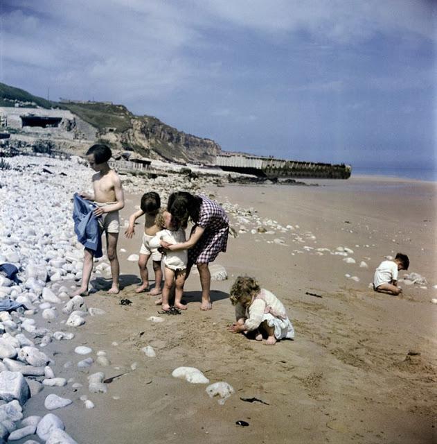 Женщина с детьми на пляже, Нормандия, 1947 год. David Seymour/Magnum Photos Цветные фотографии Нормандии после Второй мировой Войны