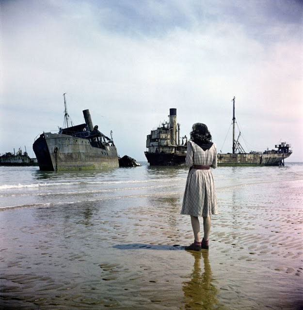 Женщина смотрит на поврежденные боевые корабли, Нормандия, 1947 год.
