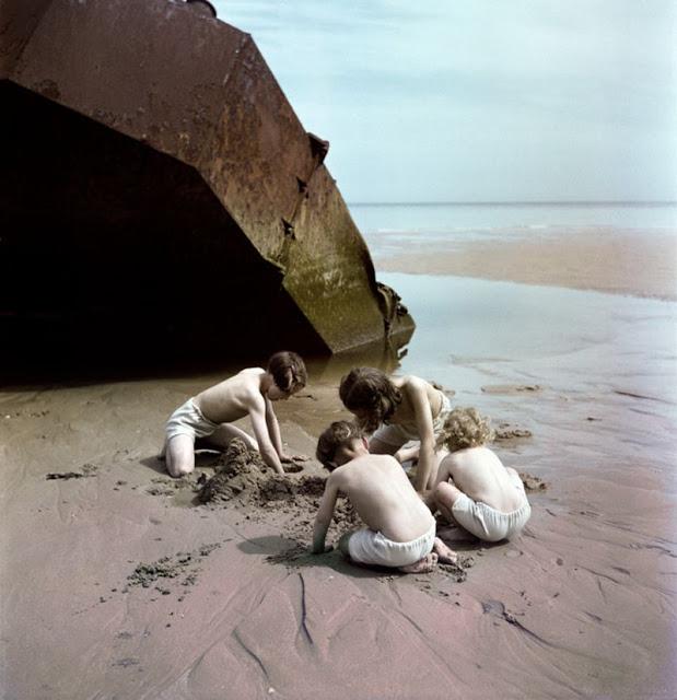 Дети играют на пляже возле обломков, Нормандия, 1947 год. David Seymour/Magnum Photos Цветные фотографии Нормандии после Второй мировой Войны