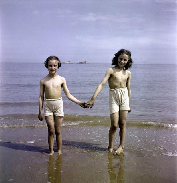 Дети держатся за руки, Нормандия, 1947 год. David Seymour/Magnum Photos Цветные фотографии Нормандии после Второй мировой Войны