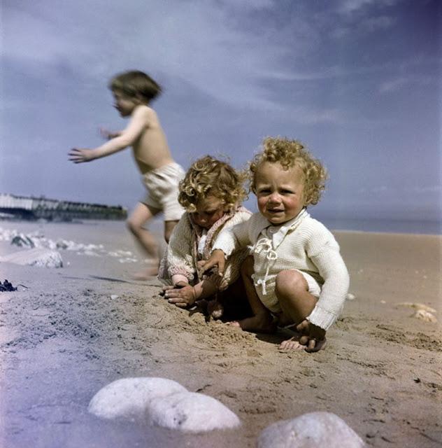 Маленькие дети на пляже, Нормандия, 1947 год. David Seymour/Magnum Photos Цветные фотографии Нормандии после Второй мировой Войны