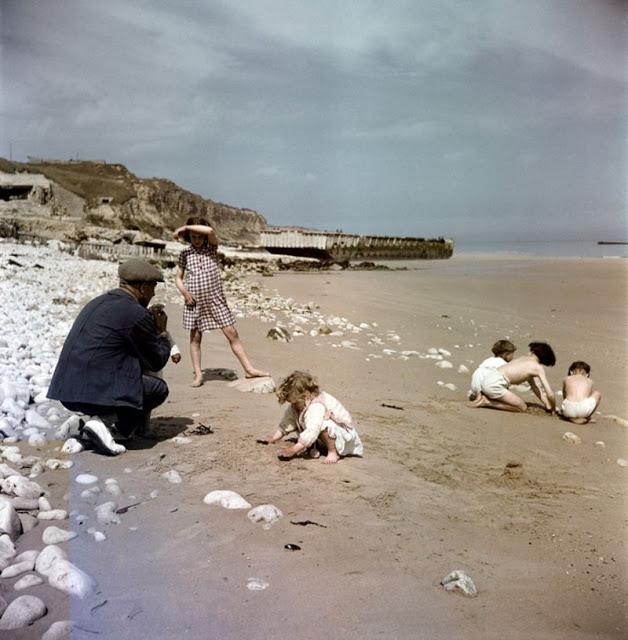 Мужчина с детьми на пляже, Нормандия, 1947 год. David Seymour/Magnum Photos Цветные фотографии Нормандии после Второй мировой Войны