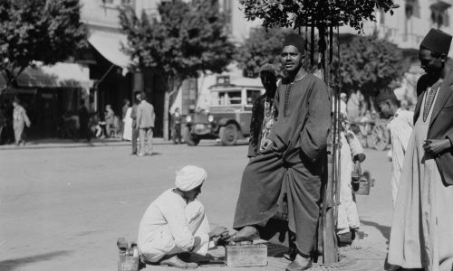 Мужчина чистит обувь, 1934 год. Источник: Library of Congress